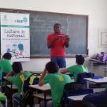 Professor Leandro Passos ajuda nas leituras do projeto. Foto: Campus Três Lagoas