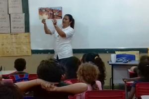 Professora Michela lê e mostra as ilustrações dos livros - Foto: Campus Três Lagoas
